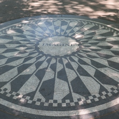 Mosaique Imagine, en l'honneur dans John Lennon (située dans le Strawberry Fields à Central Park)