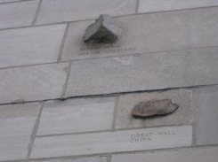 Pierres intégrées dans la structure de la Tribune Tower. / Stones integrated in the structure of the Tribune Tower
