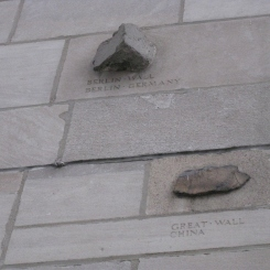 Pierres intégrées dans la structure de la Tribune Tower. / Stones integrated in the structure of the Tribune Tower