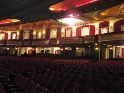 Intérieur de la salle de spectacle. / Interior of the theater.