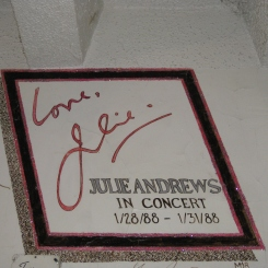 Autographe de Julie Andrews. / Julie Andrews' autograph.