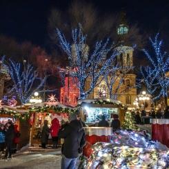 Section du marché de Noël situé devant la Basilique-Cathédrale Notre-Dame de Québec.