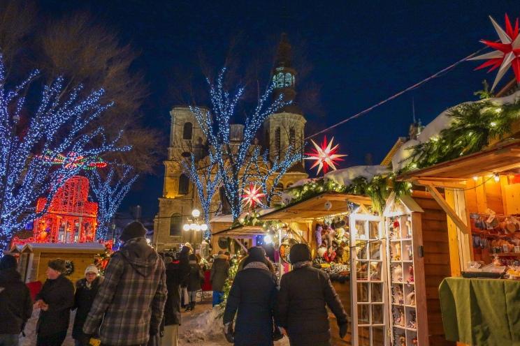 Marché de Noël devant la Basilique-Cathédrale Notre-Dame.