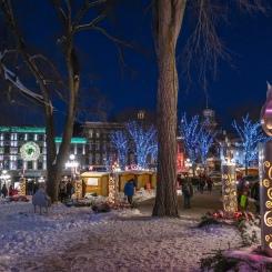 Vue au loin sur l'une des 2 sections du marché de Noël Allemand.
