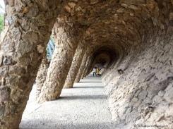L'une des nombreuses sections à explorer dans le Parc Güell. /One of the many sections to explore in Park Güell.