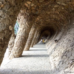 Barcelone - L'une des nombreuses sections à explorer dans le Parc Güell. /One of the many sections to explore in Park Güell.