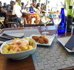 Patatas Bravas (à gauche) et croquettes de jambon. Miam ! :) /Patatas Bravas (left) and ham croquettes. Yum ! :)