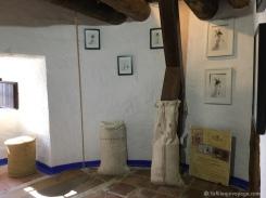 Petit musée au sommet d'un moulin. / Ttiny museum with images of yesteryear.