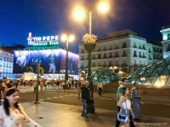 Vue sur la Plaza Puerta del Sol à partir du cadre de porte des logements. La structure en verre mène au métro (on voit la proximité!). / View of the Plaza Puerta del Sol from the door frame of housing. The glass structure leads to the metro (we see the proximity!).