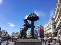 Statue de l'Ours et l'Arbousier sur la Plaza Puerta del Sol. / Statue of the Bear and the Strawberry Tree on Plaza Puerta del Sol.