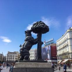 Madrid - Statue de l'Ours et l'Arbousier sur la Plaza Puerta del Sol. / Statue of the Bear and the Strawberry Tree on Plaza Puerta del Sol.