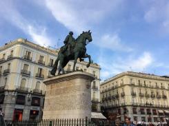 Statue du roi Carlos III sur la Plaza Puerta del Sol. / Statue of King Carlos III at Plaza Puerta del Sol.