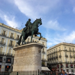 Madrid - Statue du roi Carlos III sur la Plaza Puerta del Sol. / Statue of King Carlos III at Plaza Puerta del Sol.