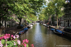 Amsterdam, ses fleurs, ses bateaux et ses canaux.