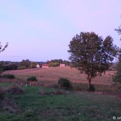 La vue au coucher du soleil sur la campagne française à partir de la terrasse de notre hébergement Airbnb, dans le Périgord.